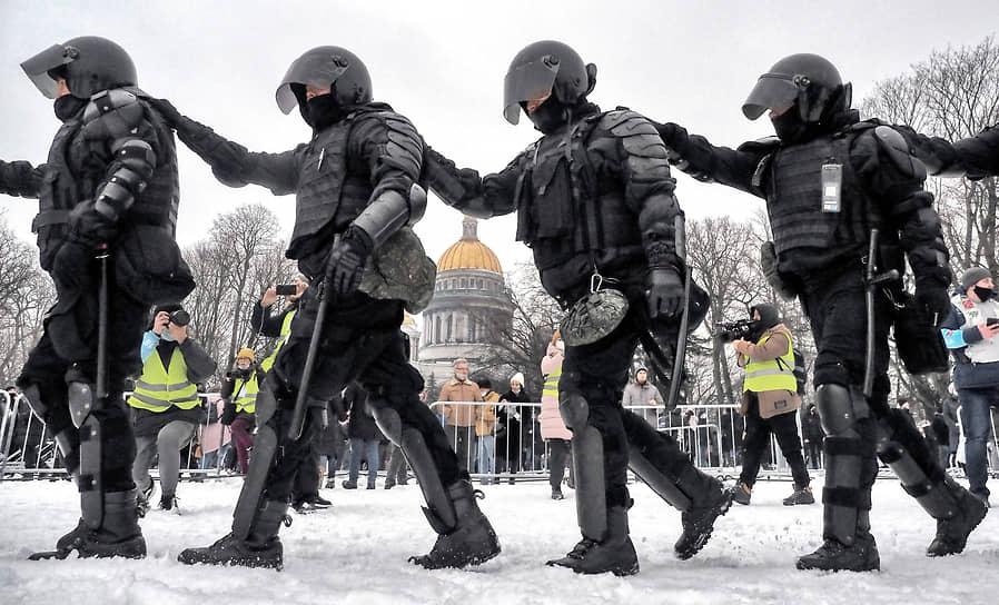 Митинг в поддержку политика Алексея Навального на Сенатской площади. Сотрудники полиции во время оцепления места проведения митинга