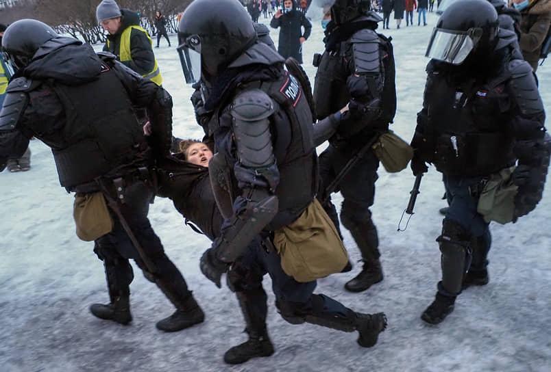 Несогласованные акции в поддержку политика Алексея Навального в центре Петербурга. Задержание участника акции на Марсовом поле