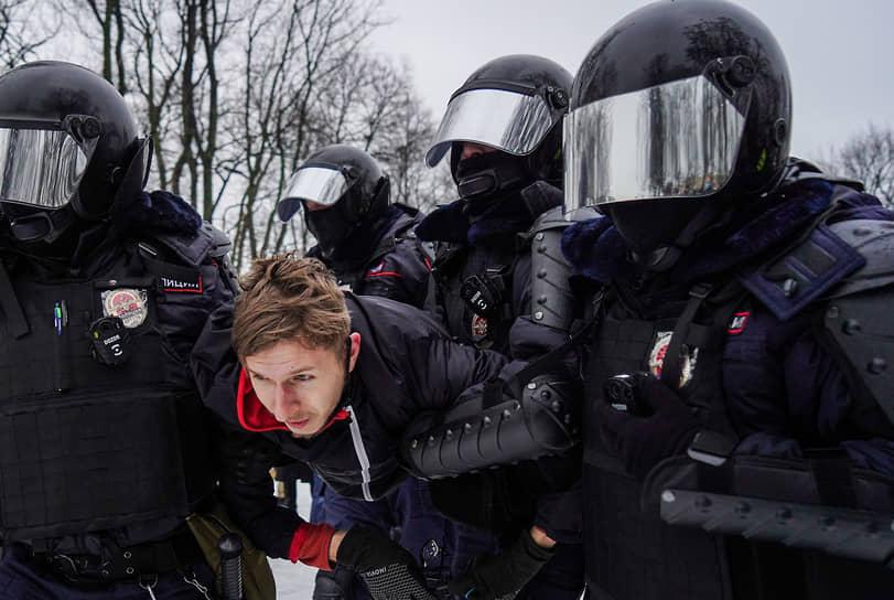 Несогласованная акция в поддержку политика Алексея Навального на Сенатской площади. Сотрудники силовых органов во время задержания протестующего