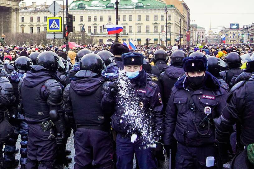 Несогласованные акции в поддержку политика Алексея Навального в центре Петербурга. Сотрудники полиции в отцеплении на Невском проспекте