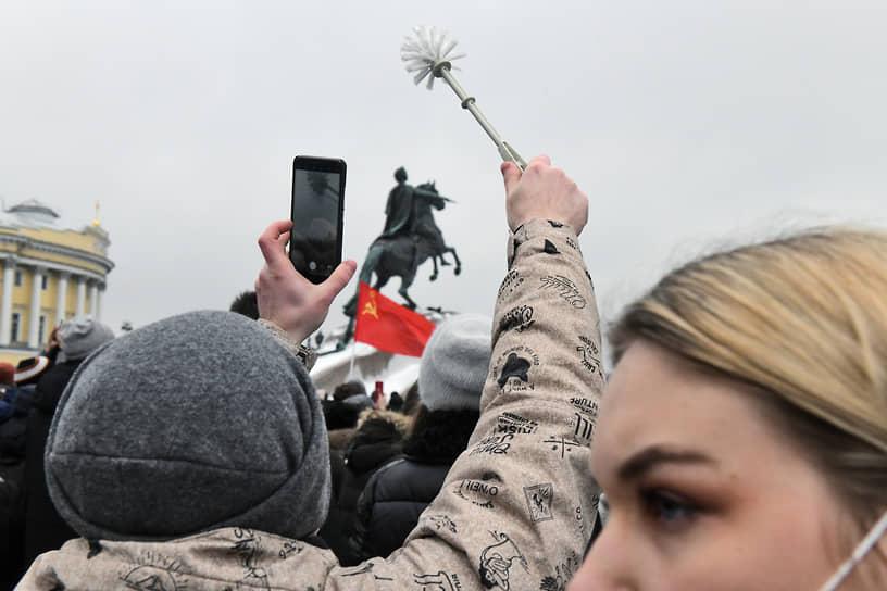 Митинг в поддержку политика Алексея Навального на Сенатской площади. Участники во время митинга