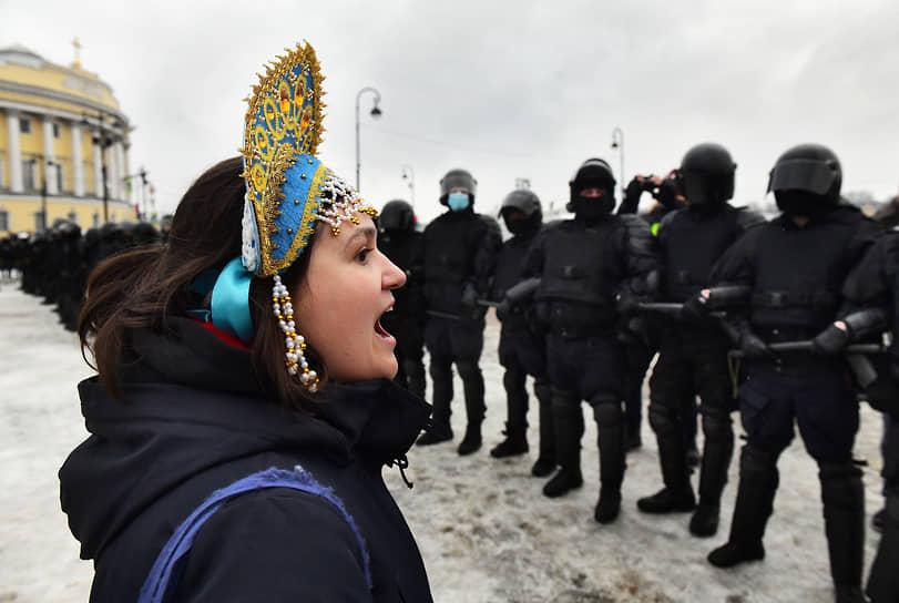 Несогласованная акция в поддержку политика Алексея Навального на Сенатской площади. Участница в кокошнике и сотрудники полиции во время акции