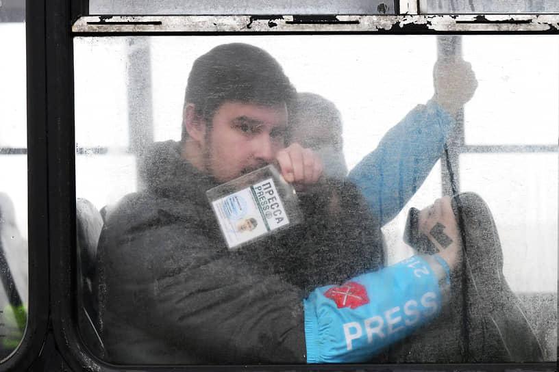 """Несогласованная акция в поддержку политика Алексея Навального на Сенатской площади. Корреспондент ИД """"Коммерсантъ"""" в Санкт-Петербурге"""" Олег Дилимбетов незаконно задержанный во время исполнения своих обязанностей"""