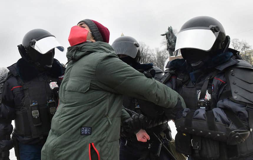 Несогласованная акция в поддержку политика Алексея Навального на Сенатской площади. Сотрудники силовых органов во время задержания участника акции