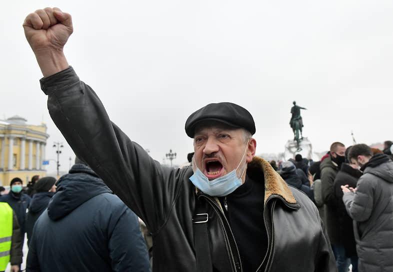 Митинг в поддержку политика Алексея Навального на Сенатской площади. Участник во время митинга
