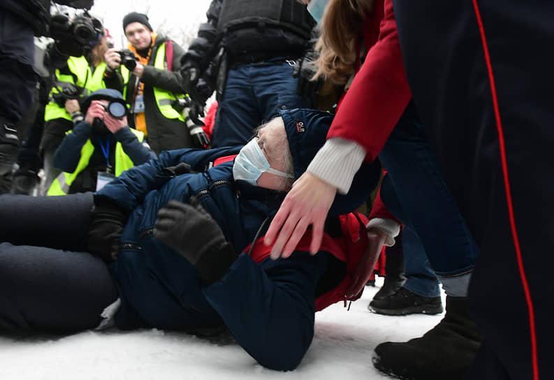 Несогласованная акция в поддержку политика Алексея Навального на Сенатской площади. Пожилая женщина, упавшая на снег, во время попытки ее задержания сотрудниками МВД