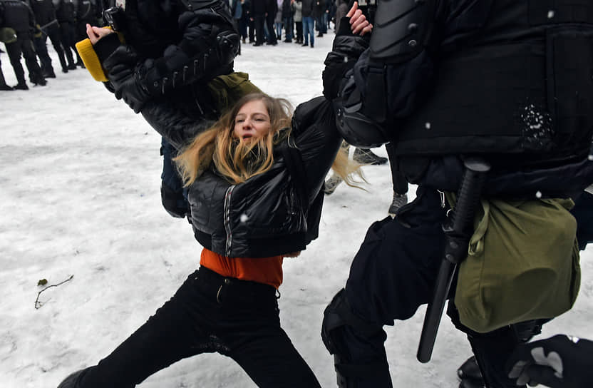 Несогласованная акция в поддержку политика Алексея Навального на Сенатской площади. Сотрудники силовых органов во время задержания протестующей девушки