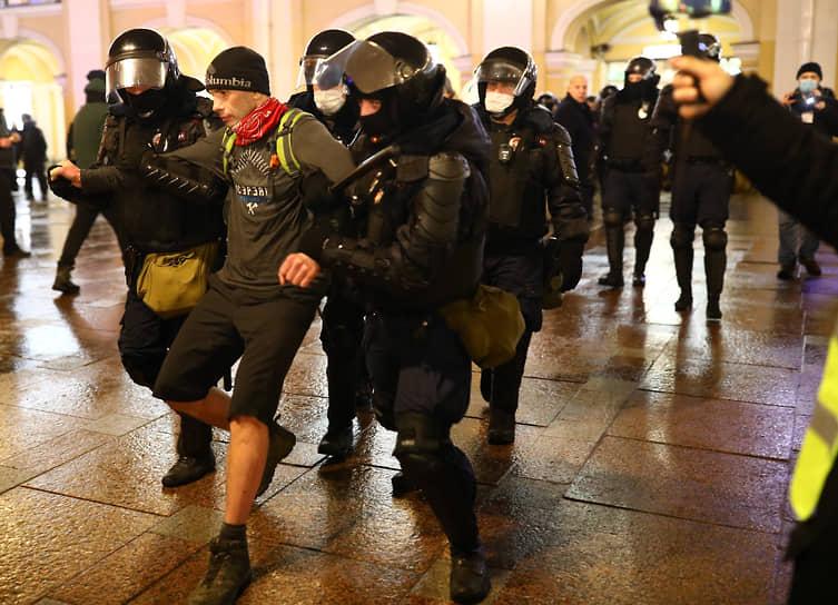 Акции в поддержку политика Алексея Навального в Санкт-Петербурге. Задержания участников акции у Гостиного двора