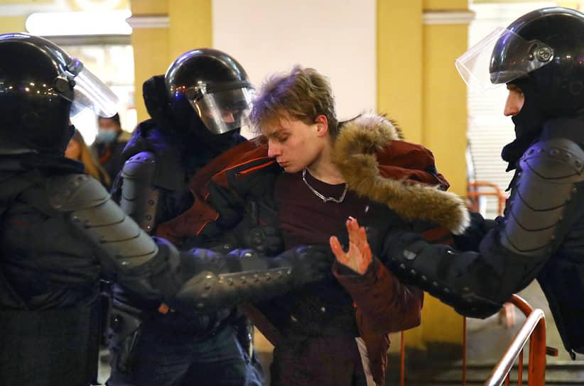 Несогласованная акция в поддержку политика Алексея Навального у Гостиного двора. Задержание участника акции