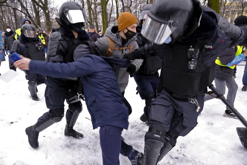Несогласованная акция в поддержку политика Алексея Навального на Сенатской площади. Сотрудники МВД во время задержания участников акции