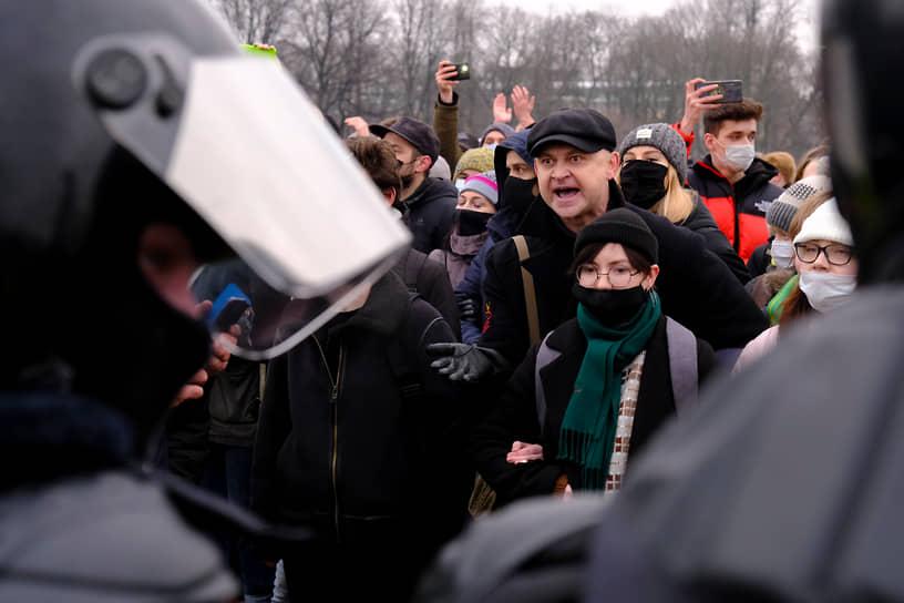 Несогласованная акция в поддержку политика Алексея Навального на Сенатской площади. Участники во время акции