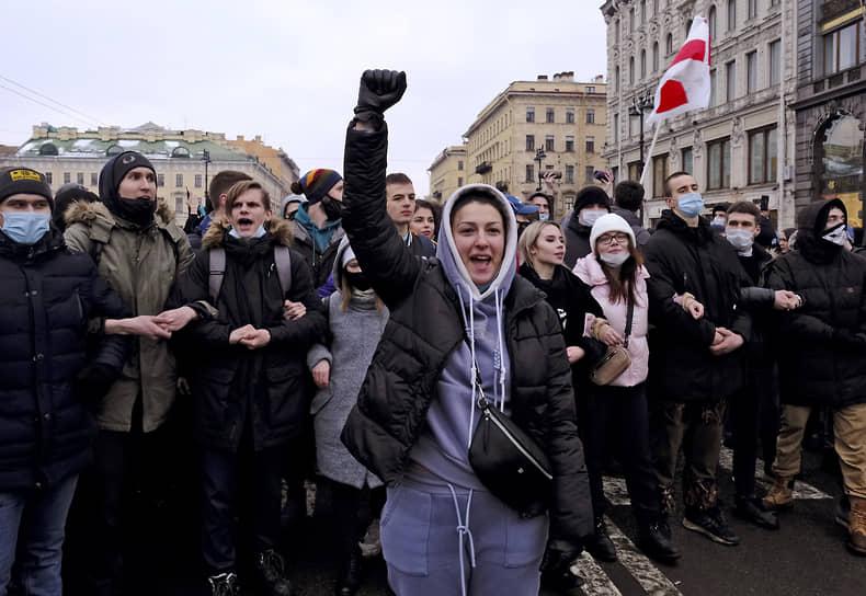 Несогласованные акции протеста в поддержку политика Алексея Навального в центре Санкт-Петербурга. Протестующие на Невском проспекте