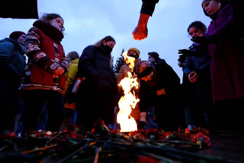 Несогласованные акции в поддержку политика Алексея Навального в центре Петербурга. Участники акции на Марсовом поле у вечного огня