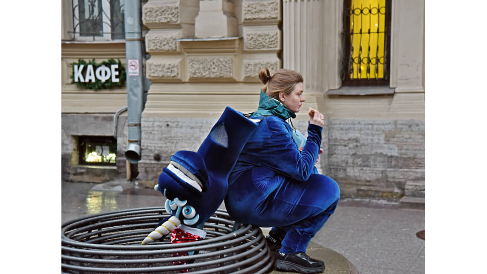 Девушка работающая ростовой куклой во время перерыва на обед