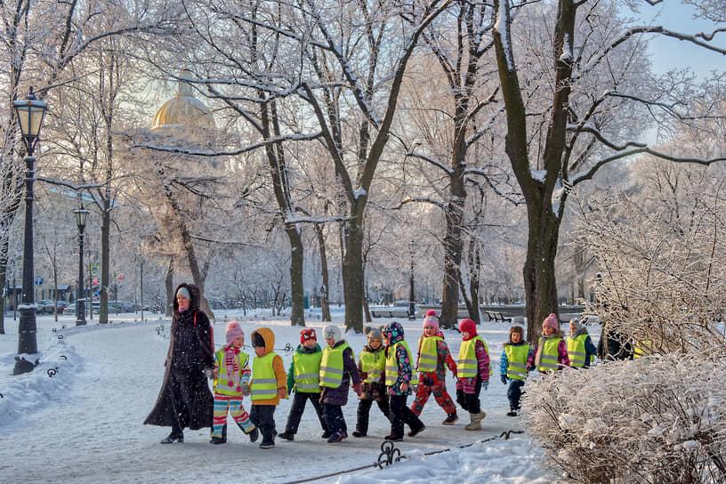 Детский сад на прогулке в Александровском саду