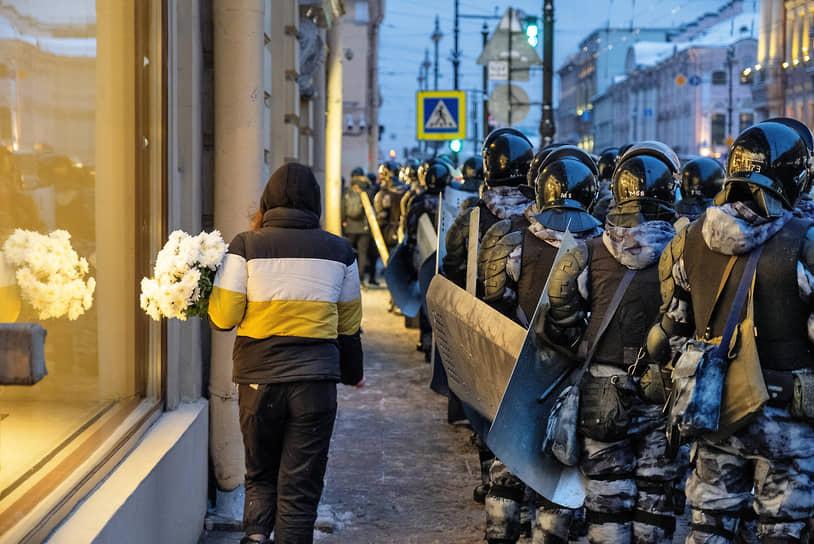 Сотрудники Росгвардии во время перекрытия доступа к Дворцовой площади перед анонсированной в соцсетях несогласованной акцией в поддержку оппозиционера Алексея Навального