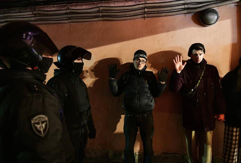 Сотрудники ОМОНа удерживают в арке дома на Невском проспекте участников акции в поддержку Алексея Навального до приезда автозака