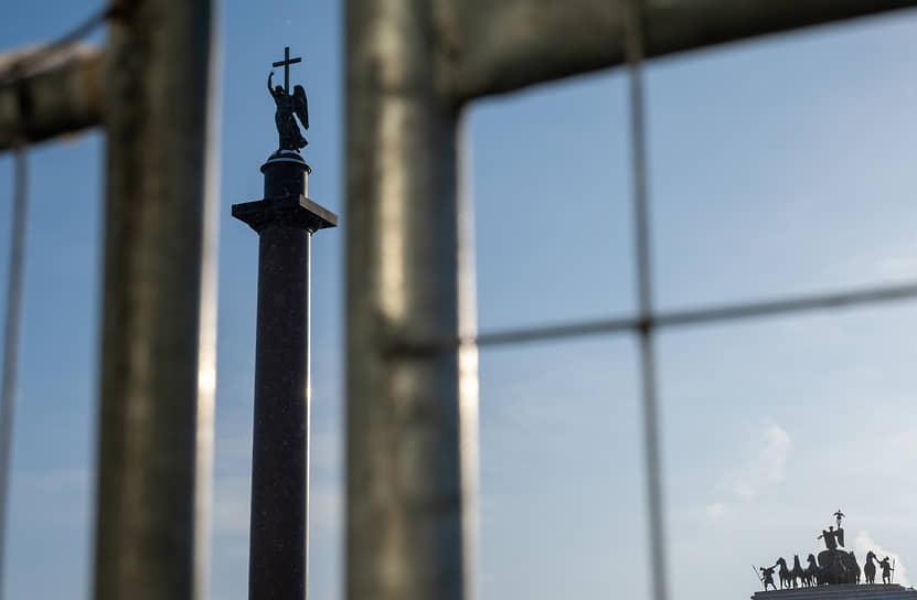 Вид через ограждение Дворцовой площади