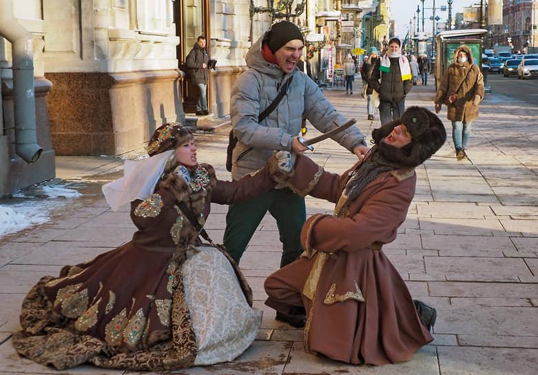 Артисты в исторических костюмах развлекают туристов на Невском проспекте