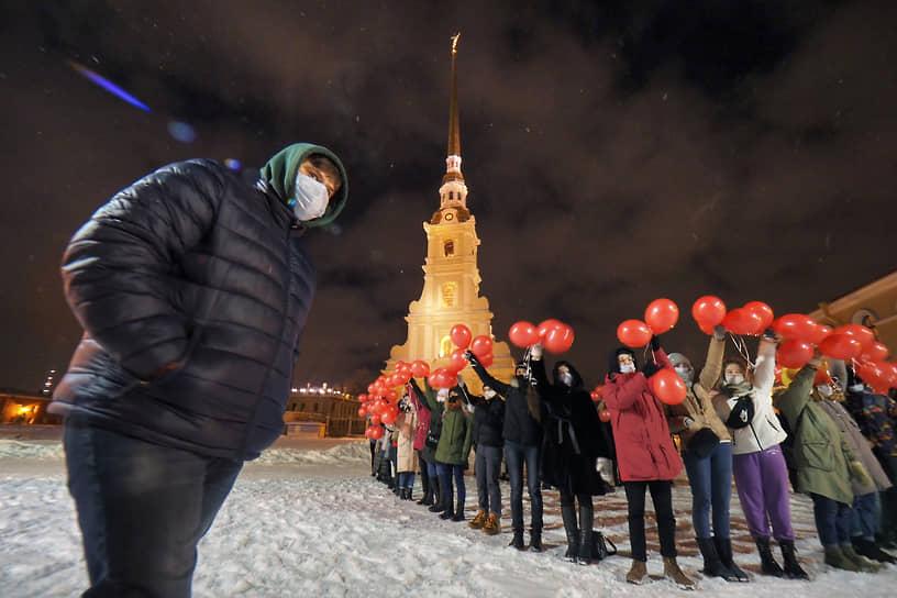 """Пятьдесят добровольцев выстроились в форме сердца на фоне Петропавловского собора. Городская акция прошла одновременно с протестной акцией """"Любовь сильнее страха!"""" в поддержку политика Алексея Навального"""