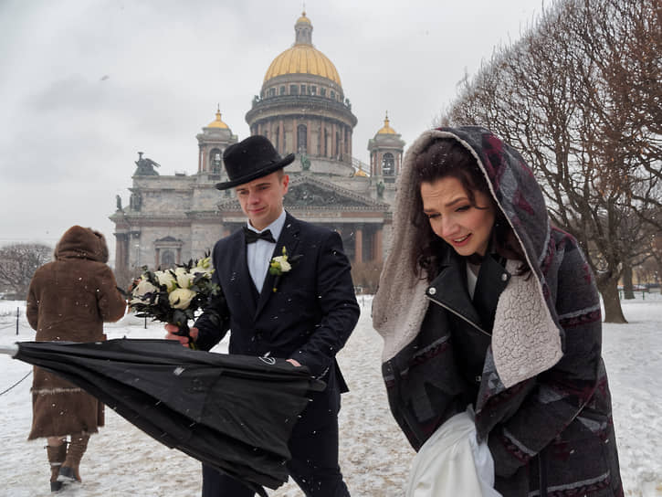 Невеста с женихом во время свадебной фотосессии у Исаакиевского собора