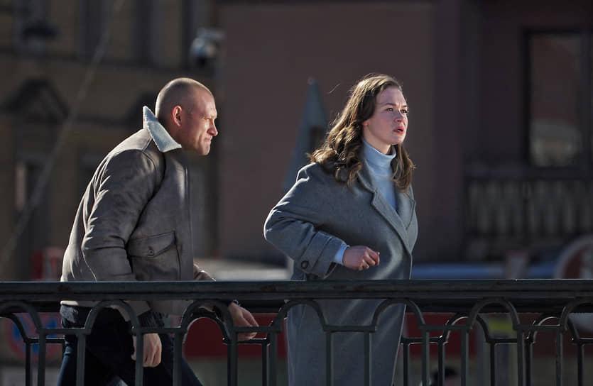 """Съемки фильма """"Ключ от всех дверей"""" в центре города. Актеры Андрей Фролов (слева) и Светлана Колпакова (справа) во время съемок"""
