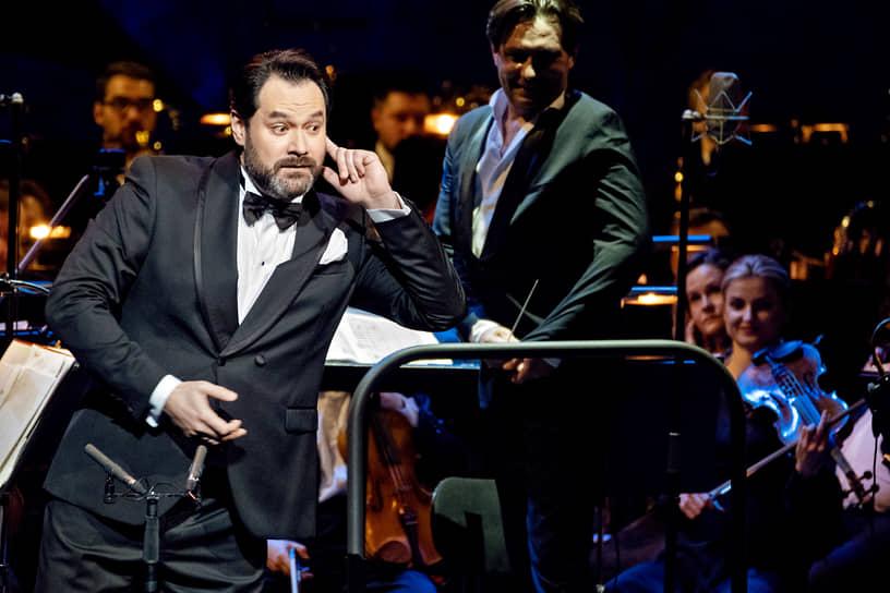 Гала-концерт звезд мировой оперы в Михайловском театре. Оперный певец Ильдар Абдразаков (слева) во время концерта