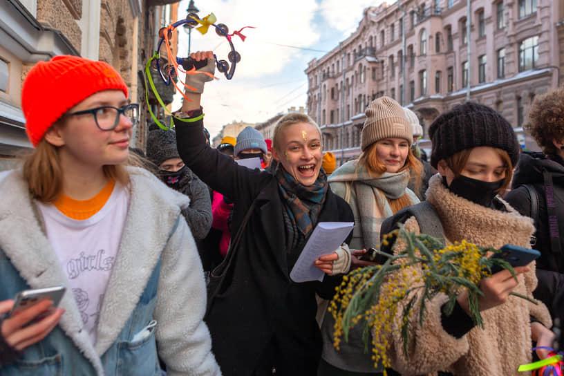 Праздничное шествие петербургских феминисток в центре города приуроченное к международному женскому дню 8 марта
