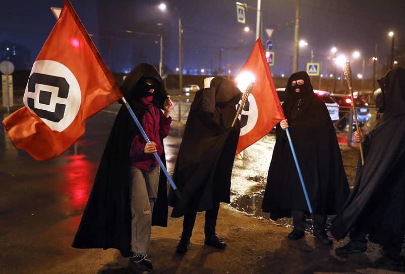 Участники движения «Весна» с факелами и флагами с логотипом Роскомнадзора протестуют на проспекте Шаумяна против замедления твиттера