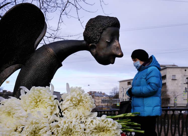 """Скульптура """"Печальный ангел"""" в память о врачах, погибших во время эпидемии COVID-19. Автор скульптуры петербургский художник Роман Шустров, который скончался от коронавируса 14 мая 2020 года"""