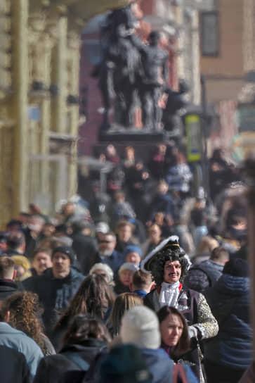 Актер в костюме Петра I на Невском проспекте