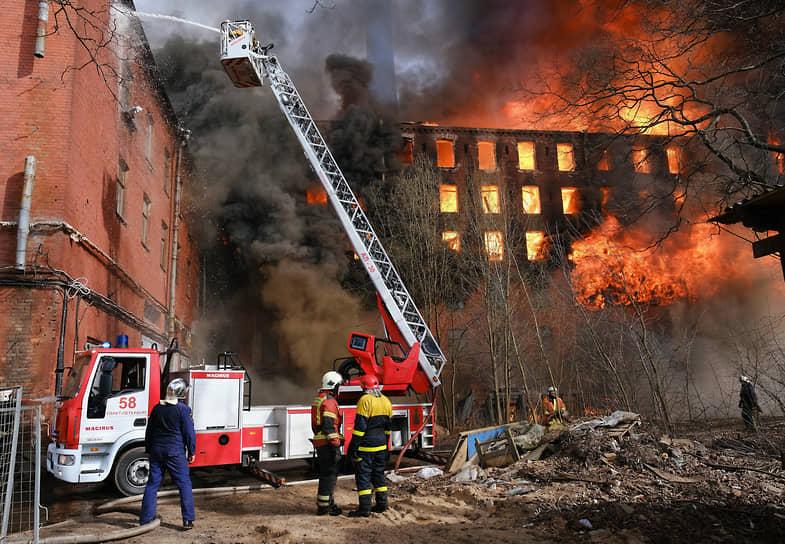 Пожар в здании Невской мануфактуры на Октябрьской набережной