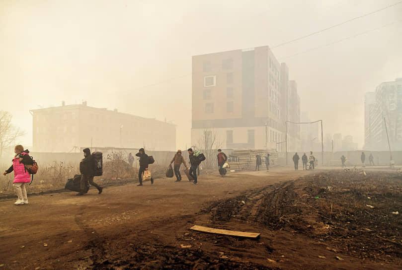 """Иностранные рабочие эвакуируются из общежития, которое находится вблизи от пожара в зданиях компании """"Невская мануфактура"""""""