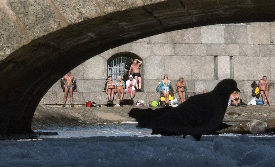 Горожане традиционно загорают у стен Петропавловской крепости