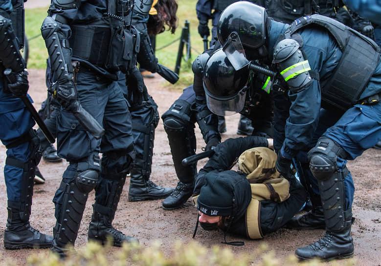 Несогласованная акция в поддержку политика Алексея Навального. Сотрудники полиции во время задержания участника акции