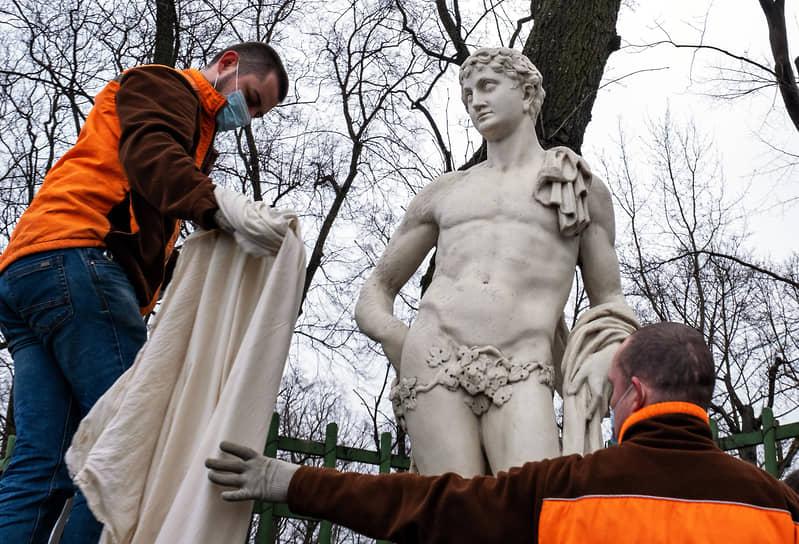 """Исторический парк """"Летний сад"""" во время подготовки к туристическому сезону"""