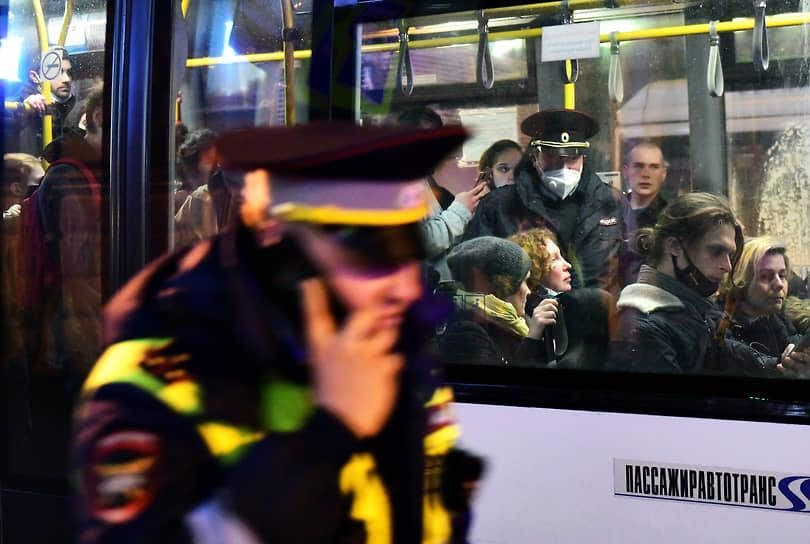Несогласованная акция в поддержку политика Алексея Навального в центре города. Участники акции в автобусе арендованном полицией для доставки задержанных в отделы полиции