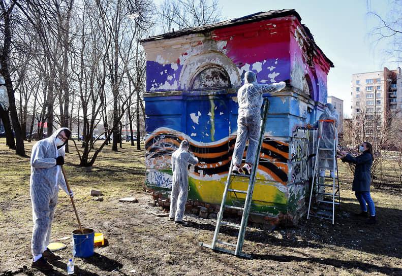 Ученики колледжа готовят здание под покраску в Ленинградском сквере во время субботника