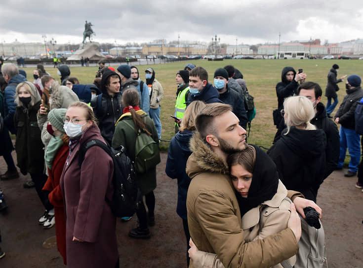 Несогласованная акция в поддержку политика Алексея Навального в центре города. Участники во время акции в районе Сенатской площади