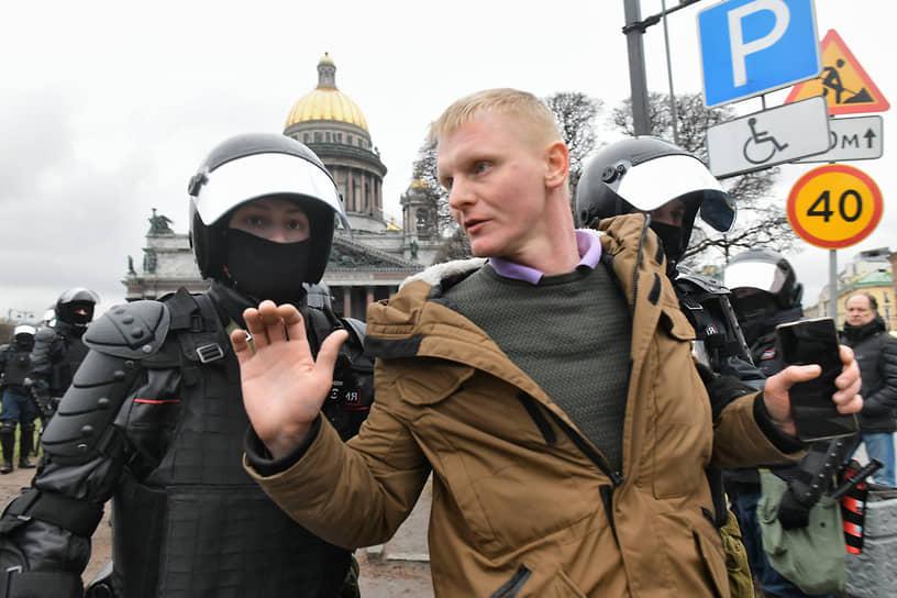 Несогласованная акция в поддержку политика Алексея Навального в центре города. Сотрудники полиции во время задержания участников акции