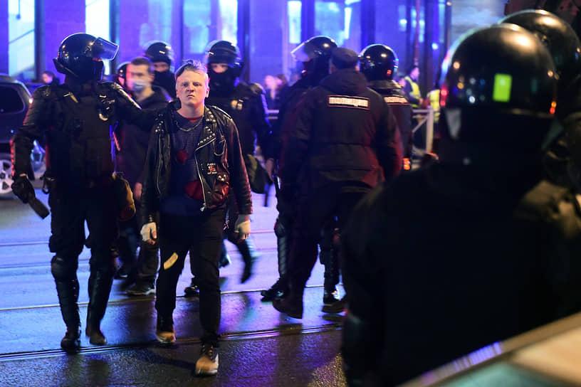 Несогласованная акция в поддержку политика Алексея Навального в центре города. Задержания участников акции
