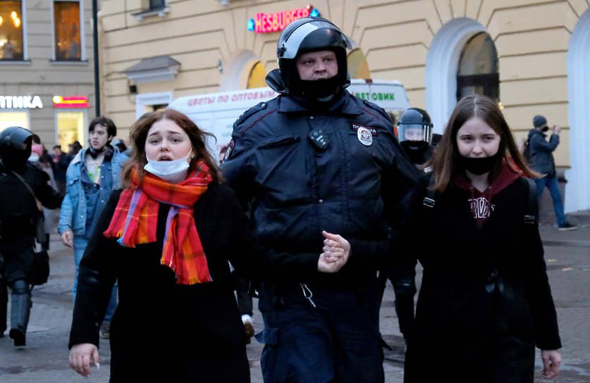 Несогласованная акция в поддержку политика Алексея Навального в центре города. Задержание участников акции