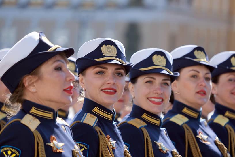 Военный парад на Дворцовой площади, посвященный 76-й годовщине Победы в Великой Отечественной войне. Военнослужащие-женщины во время парада