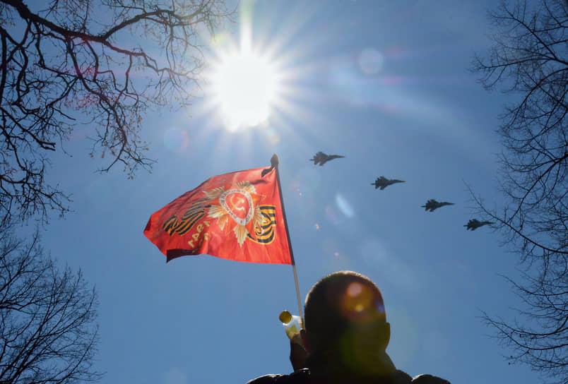 Военный парад на Дворцовой площади, посвященный 76-й годовщине Победы в Великой Отечественной войне. Зрители во время воздушной части парада