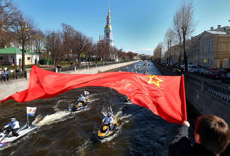 "Участники акции ""Бессмертная Флотилия"" на гидроциклах во время проезда по Крюковому каналу"