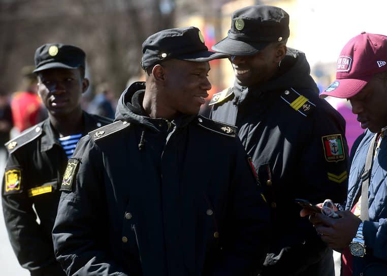 Моряки-курсанты из Гвинейской Республики на Дворцовой площади после Парада Победы