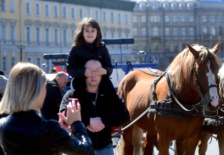 Папа с дочерью фотографируются на Дворцовой площади после Парада Победы