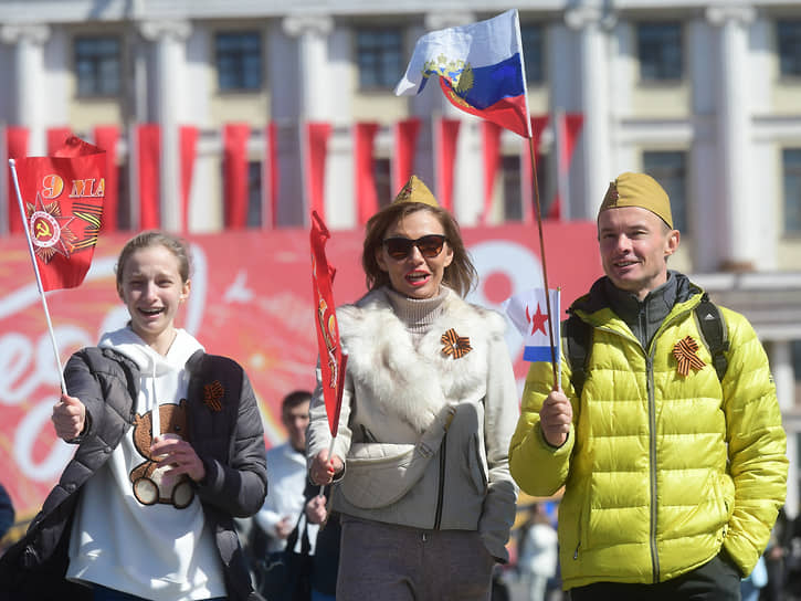 Семья на Дворцовой площади после Парада Победы