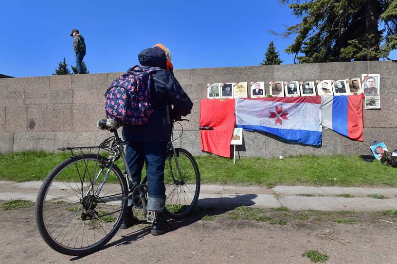 Импровизированный мемориал героям Великой отечественной Войны уроженцам Республики Мордовии на стене памятника «Борцам революции» на Марсовом поле