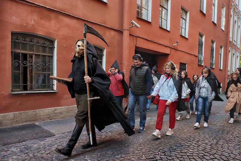 Туристы на экскурсии в центре города